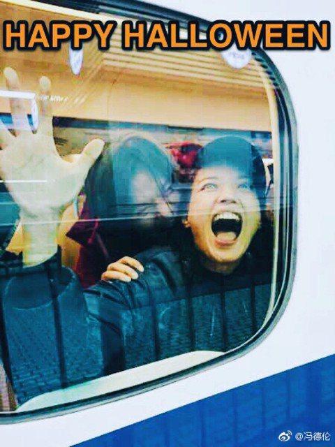 一年一度萬聖節到來,中外各地的巨星名人都把握機會扮裝、分享又驚悚又歡樂的氣氛,金馬影后舒淇也不例外,特地拍了一張頗有「屍速列車」味道的照片。只見她用手抓住車窗,卻仍難逃身後活屍的啃噬,表情雖驚恐卻意...