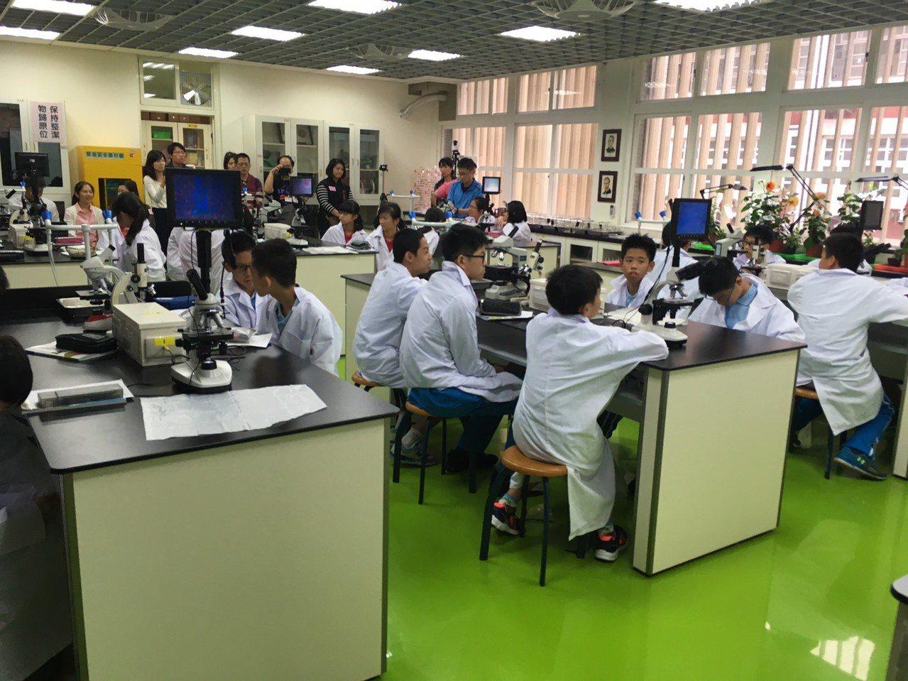 台北市推動「國中專科教室環境改善工程」,去年規劃107至109年投入2億元,改善...