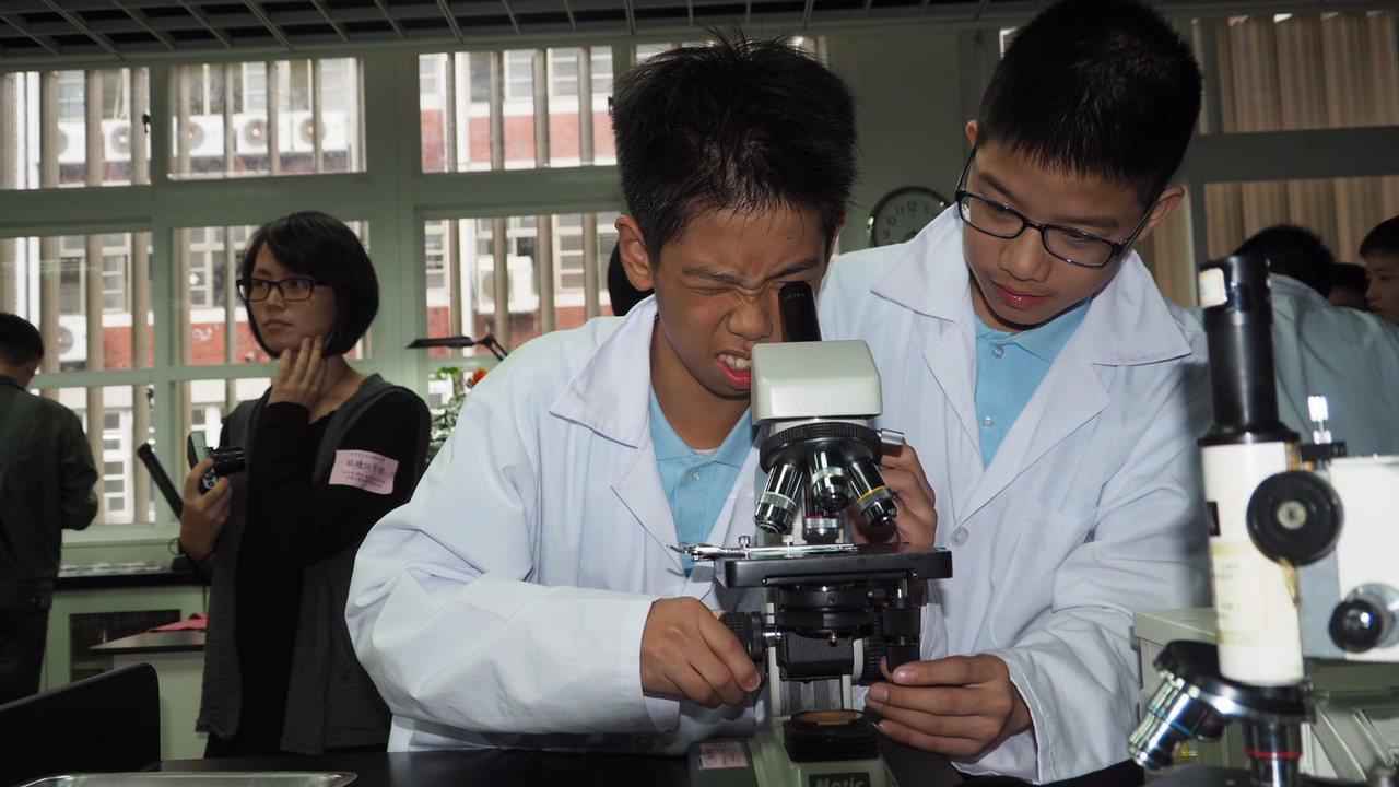 過去1座傳統顯微鏡,只能有一位學生瞇著眼睛觀察。圖/台北市教育局提供