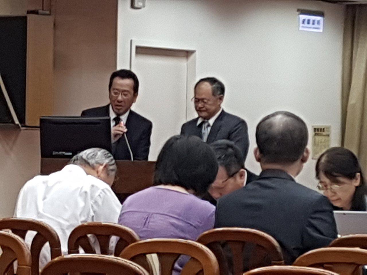 金管會保險局局長吳桂茂(右)上午在立法院財委會表示,遠雄人壽投資大巨蛋有小虧。記...