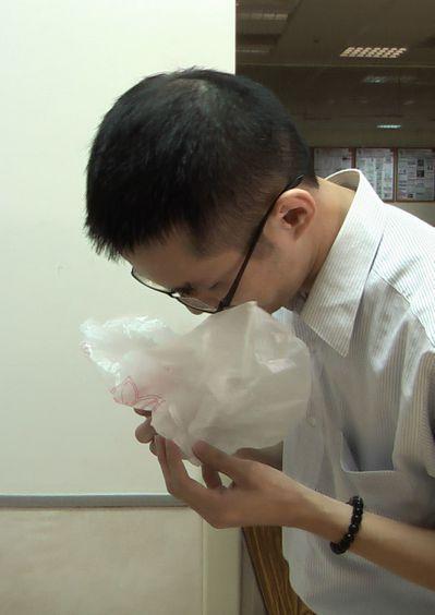 青少年因反覆催吐,造成縱膈腔內氣腫。圖/模擬催吐畫面