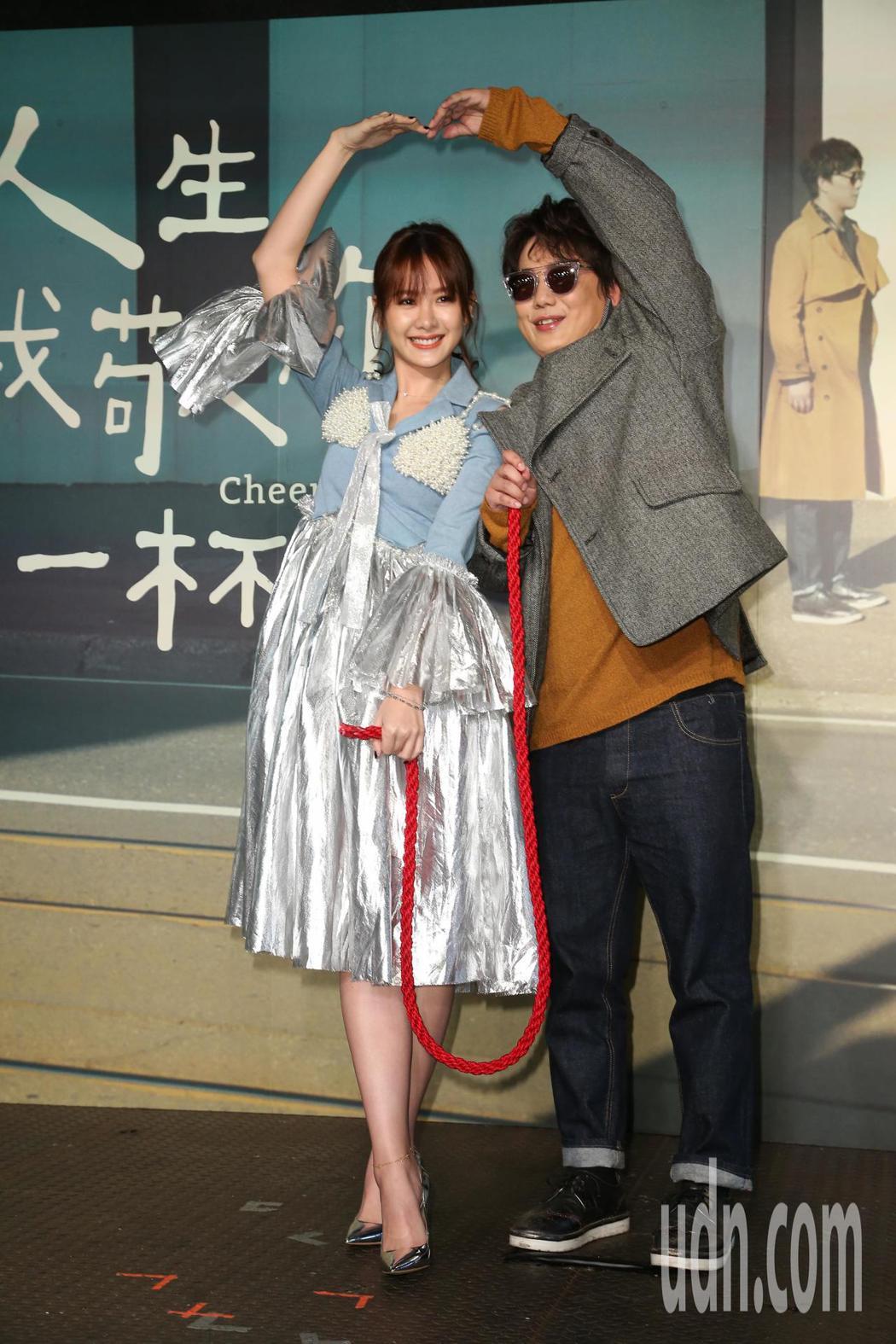 蕭煌奇(右)推出第十二張專輯「人生我敬你一杯」,邀請安心亞(左)合唱。記者陳立凱...