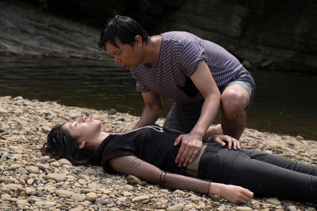黃鴻升(上)幫溺水的李千娜CPR。圖/瀚草影視提供