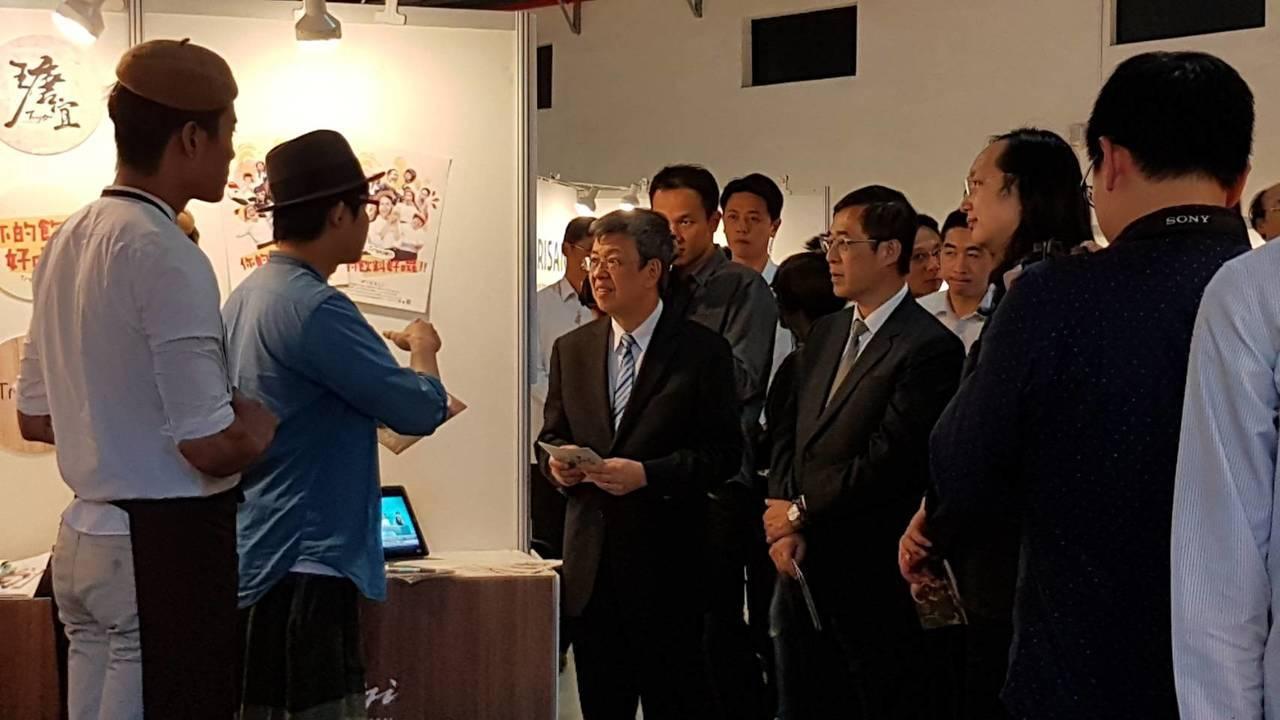 副總統陳建仁(左三)今天參訪教育部舉辦的「創創點火器國際展示會」。記者吳佩旻/攝...