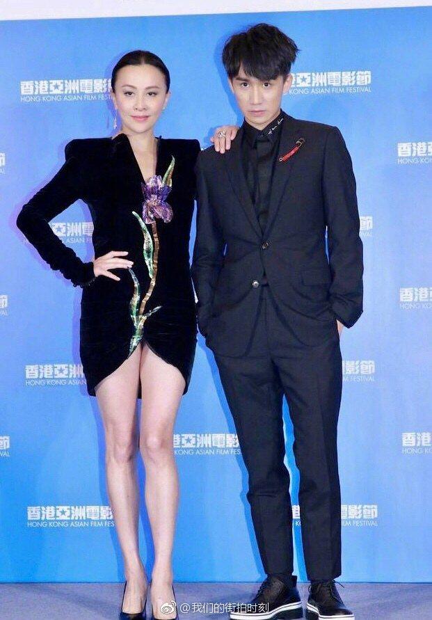 劉嘉玲和吳肇軒一起出席香港亞洲電影節開幕活動,露出美腿,十分吸睛。圖/摘自微博