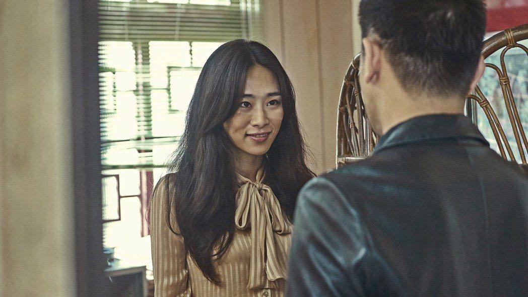 吳可熙在「血觀音」中泡屎咖啡給傅子純(右)。圖/双喜提供