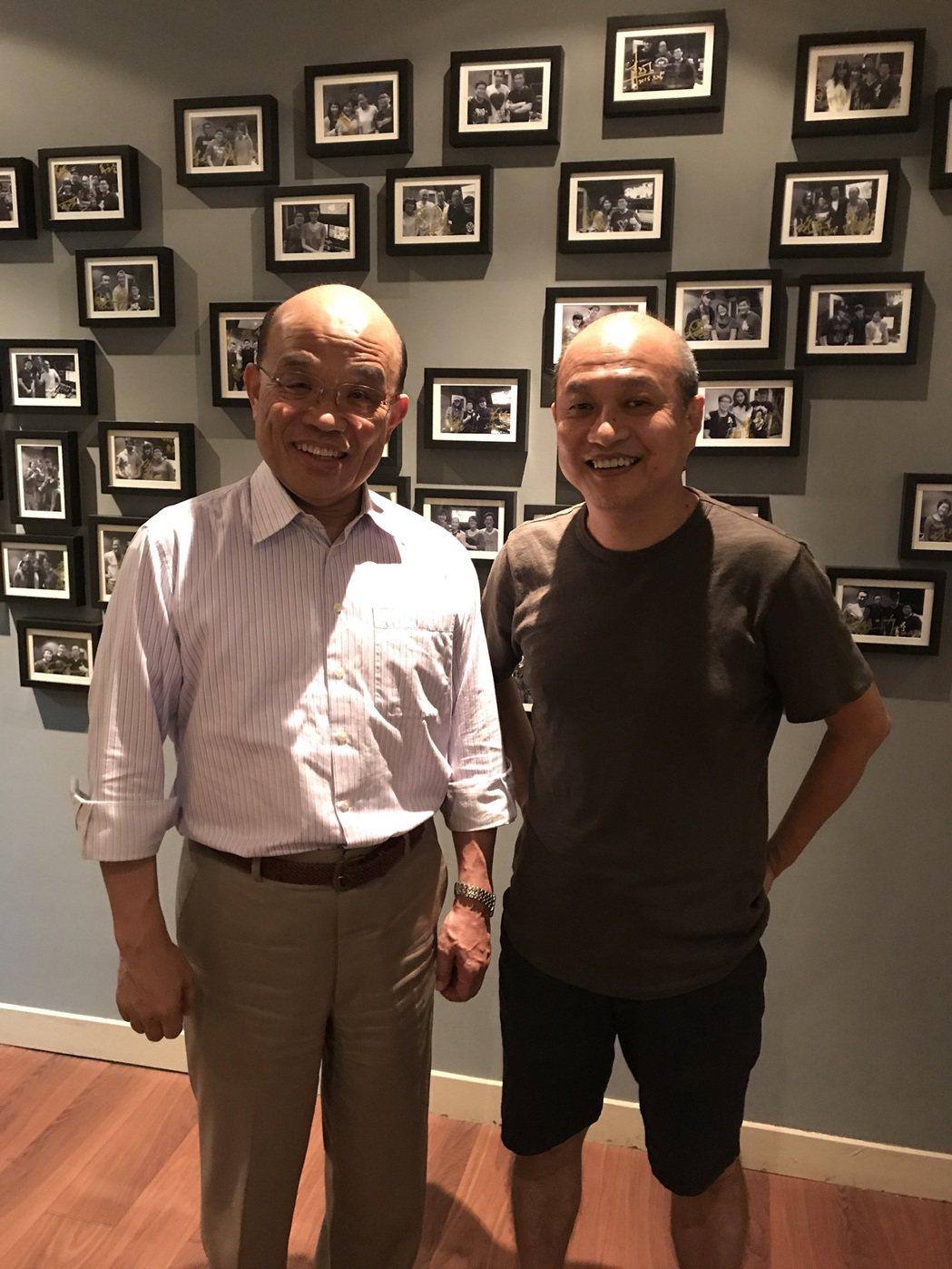 蘇貞昌(左)與新片「衝組」導演鄭文堂相識多年。圖/鏡象電影提供