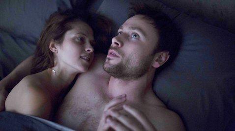 澳洲性感女星泰瑞莎帕瑪(Teresa Palmer)在新片「顫慄柏林」當中,經歷了女性最不堪設想的慘痛遭遇:本來開開心心出國觀光,卻慘遭一夜情砲友囚禁,還被強姦、綑綁、毆打,更被拍攝不雅變態裸照。不...