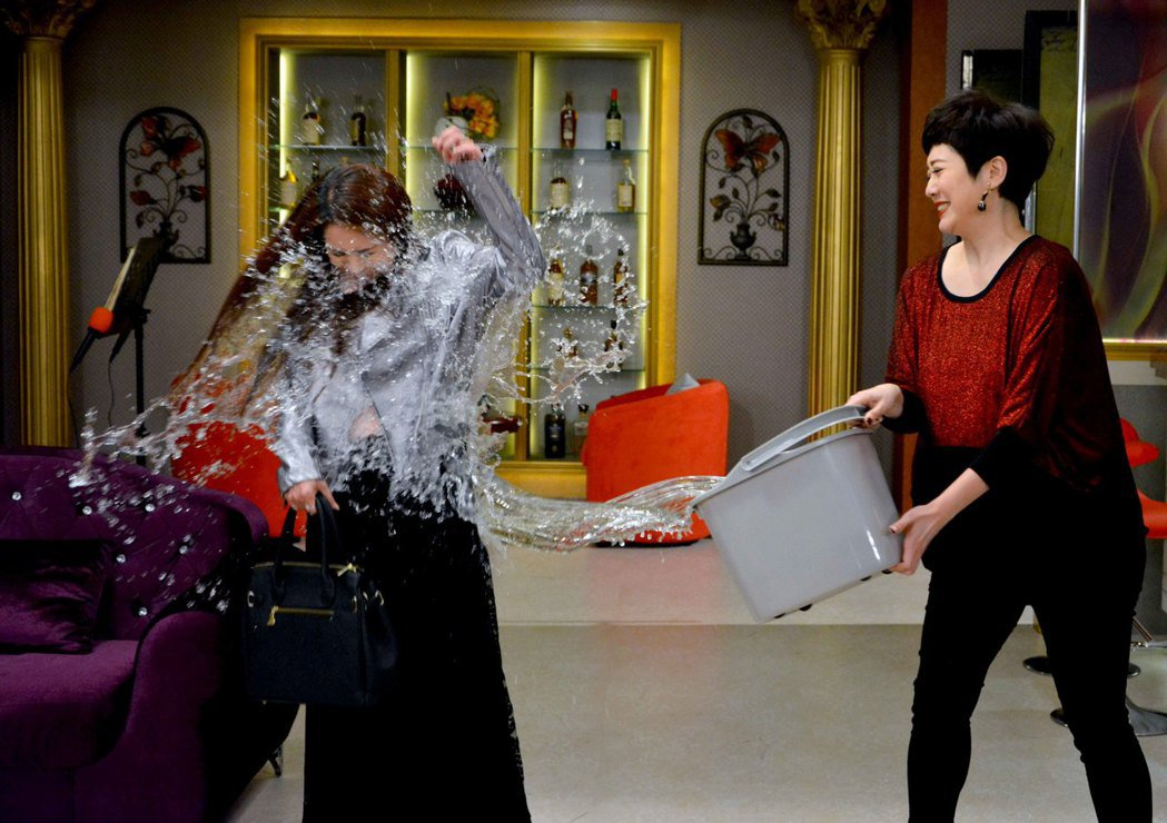 星卉(左)劇中演心機女,遭劉曉憶潑水報復。圖/華視提供