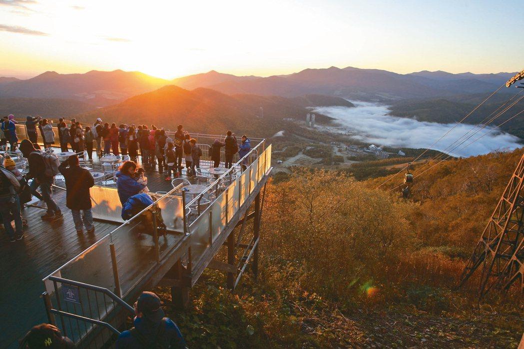 日出前登上TOMAMU山頂觀景台,就能有機會欣賞到雲海奇景。 記者陳睿中/攝影