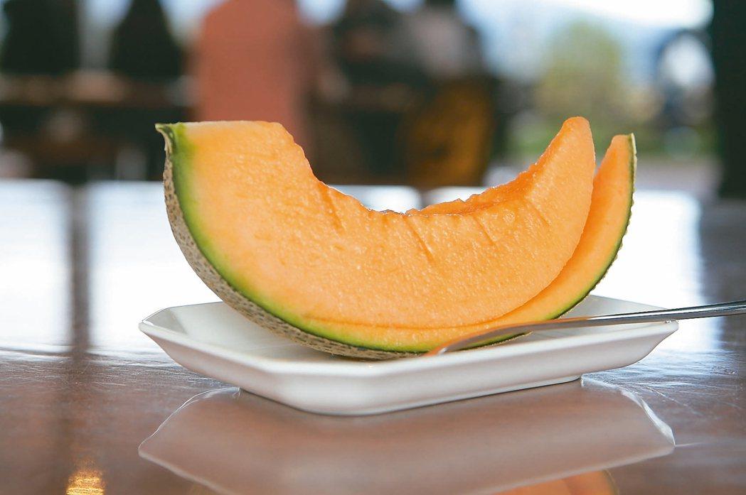 哈密瓜工房所販售的切片哈密瓜,香甜又多汁。 記者陳睿中/攝影