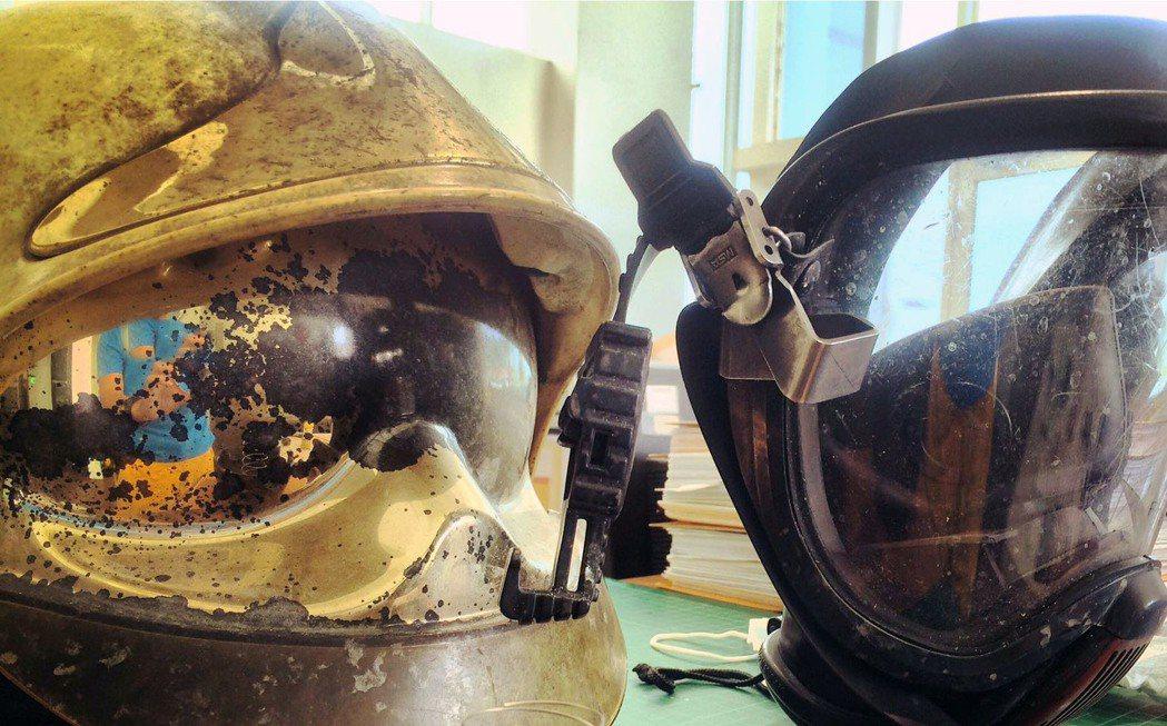 消防員配戴的裝備部分老舊,基層連署全面檢視消防裝備,定期汰換。 記者郭宣彣/...