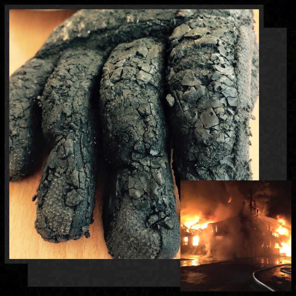 消防員在火場滑倒,手套因受高溫碳化。 記者郭宣彣/翻攝