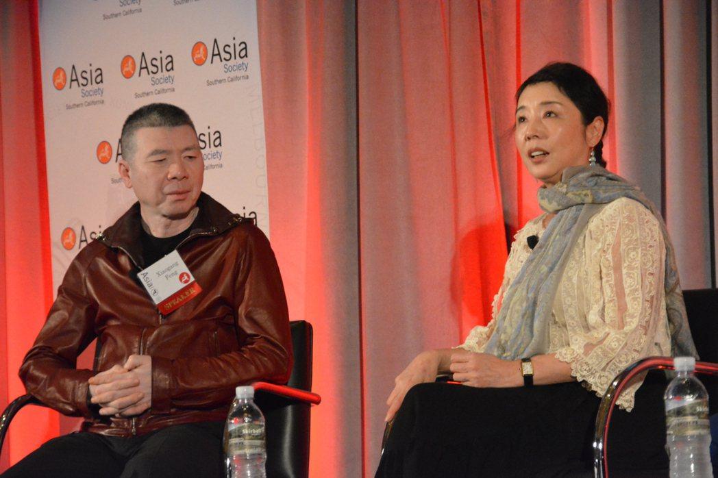 馮小剛(左)和嚴歌苓(右)在中美電影峰會座談。記者李雪/攝影