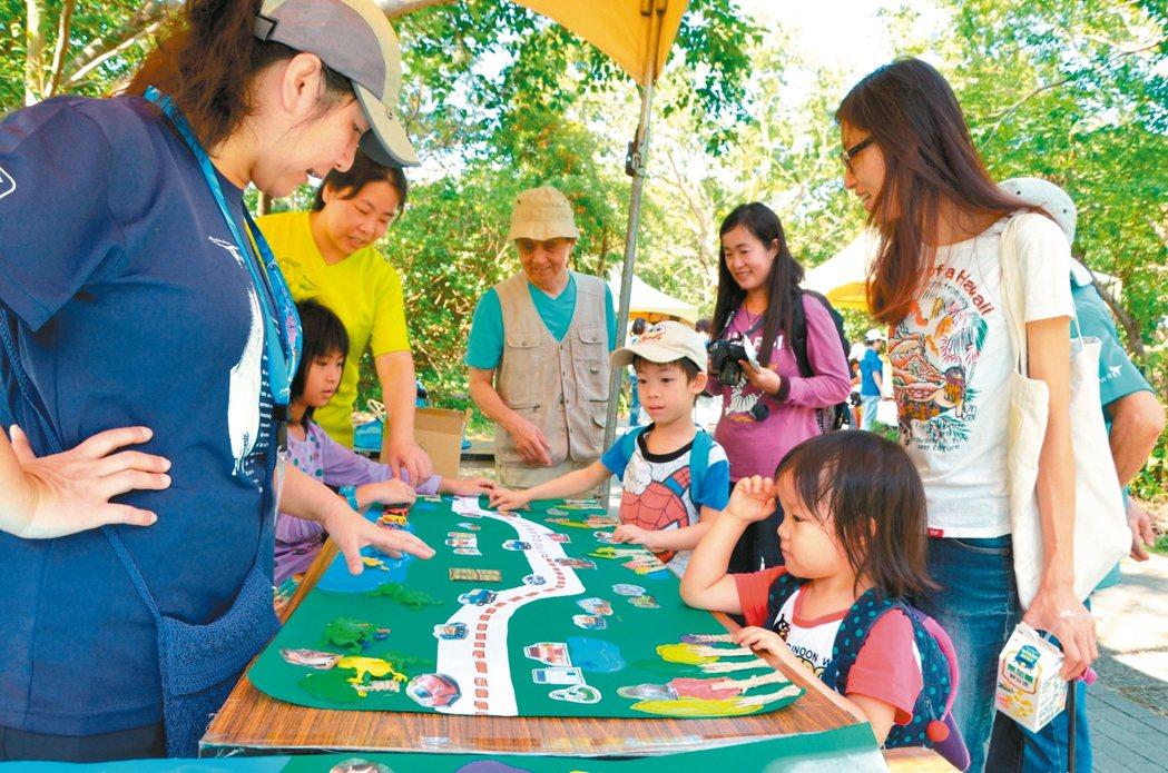 ▲關渡國際自然藝術季不僅有藝術作品展示,也有充滿趣味的互動遊戲及市集等活動。 圖...