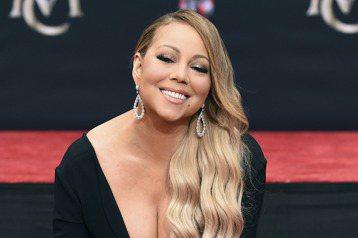 美聲天后瑪麗亞凱莉,今天在好萊塢中國大戲院廣場前,留下她的手足印,雖然她話不多僅表示很高興也感謝大家的支持,現場圍觀粉絲對於能目睹偶像的風采,感到興奮不已。引言人介紹瑪麗亞凱莉(Mariah Car...