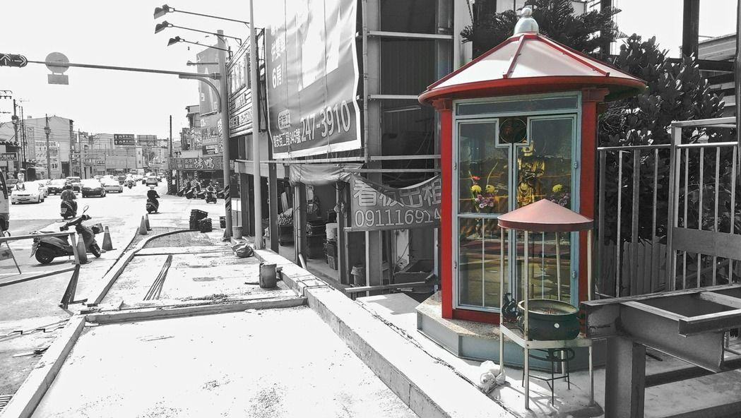 台南永康菩薩堂,直接寄生在人行道旁的電話亭裡。 圖/野人出版提供