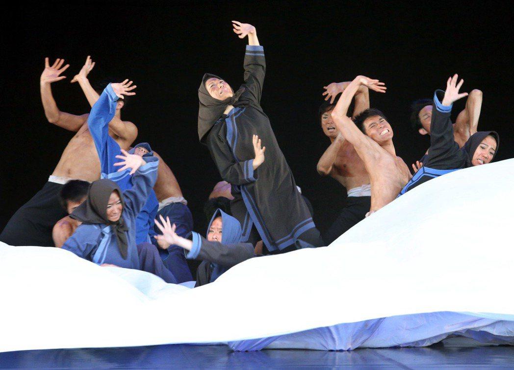 雲門舞集「薪傳」中的「渡海」片段。 聯合報系資料照