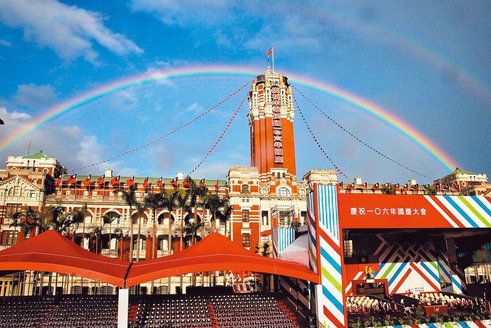 中華民國106年(2017)的國慶大會主舞台設計,近兩年的主視覺設計與配色與過往...