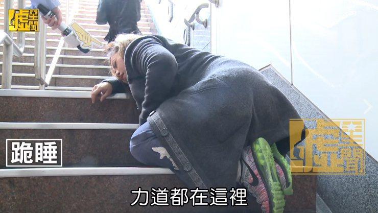 「噓!星聞」小編實測趴在樓梯的姿勢後,直喊「趴著不行啦」,由於身體的重量完全支撐...