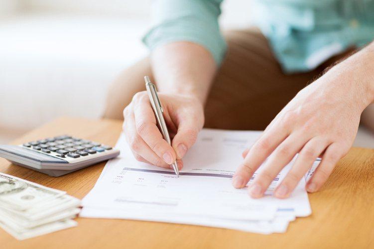 近期保險公司紛紛提高「美元保單」宣告利率,甚至推出分期繳降低壓力,引發小資族興趣...