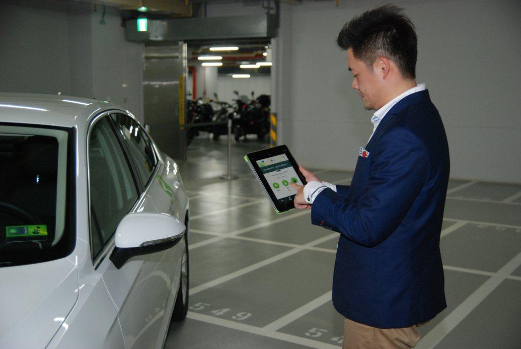 只要加入Zipcar會員並結合手機 app ,即可輕鬆預定用車,並透過專屬 Zipcard 或 app 解鎖預訂車輛。 記者林鼎智/攝影