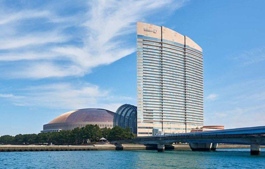 上圖取自希爾頓飯店官網,高聳的這棟建築物就是福岡海鷹希爾頓酒店。