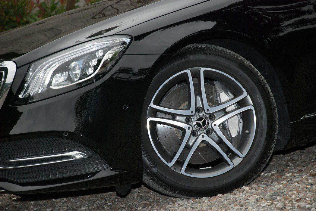 Mercedes-Benz S450L標配18吋輪圈。記者林昱丞/攝影