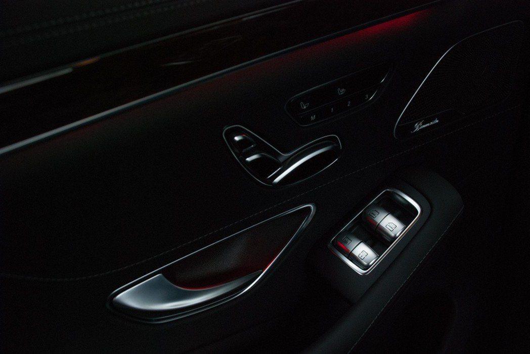 右下按鍵可以控制車窗、遮陽簾、後檔遮陽簾以及後座天窗。記者林昱丞/攝影
