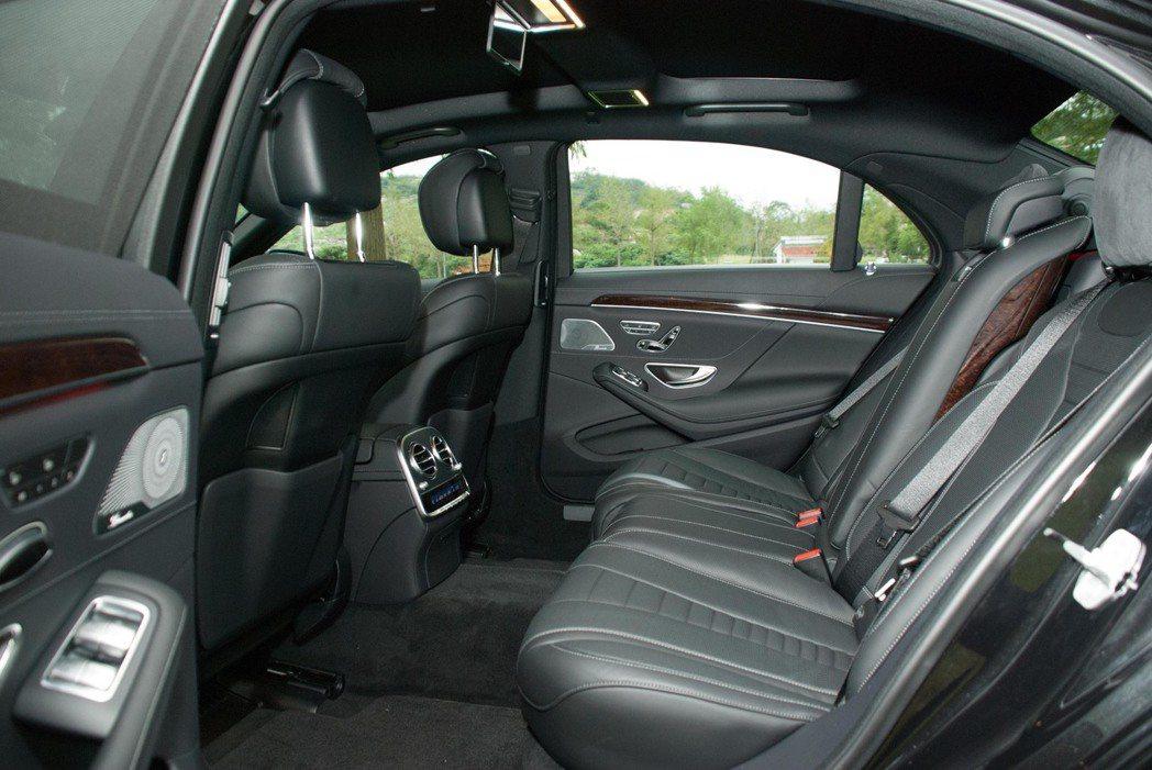 Mercedes-Benz S450L後座空間。記者林昱丞/攝影