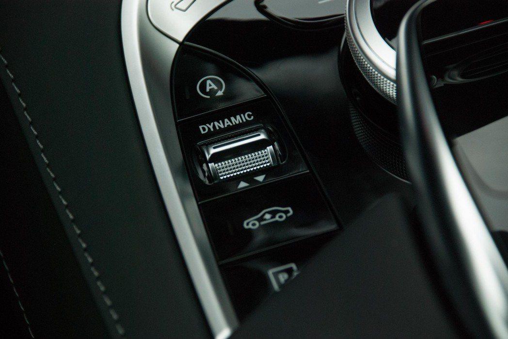 駕馭模式控制鍵下方就是可以升高車身的按鈕。記者林昱丞/攝影