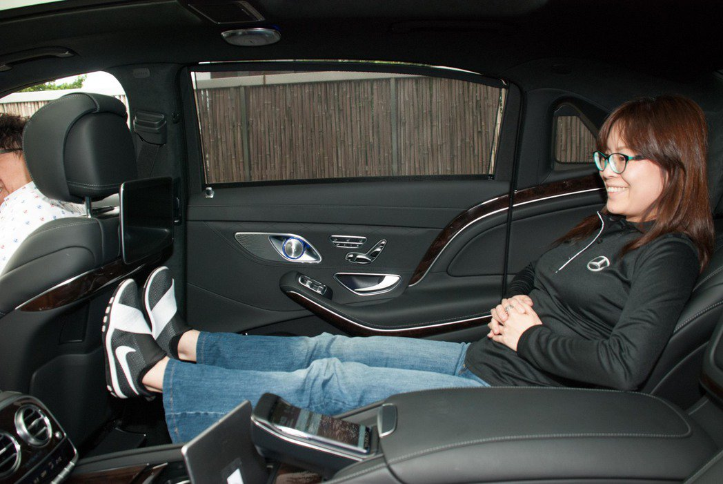 Mercedes-Maybach S-Class後座空間還有無線充電。記者林昱丞...