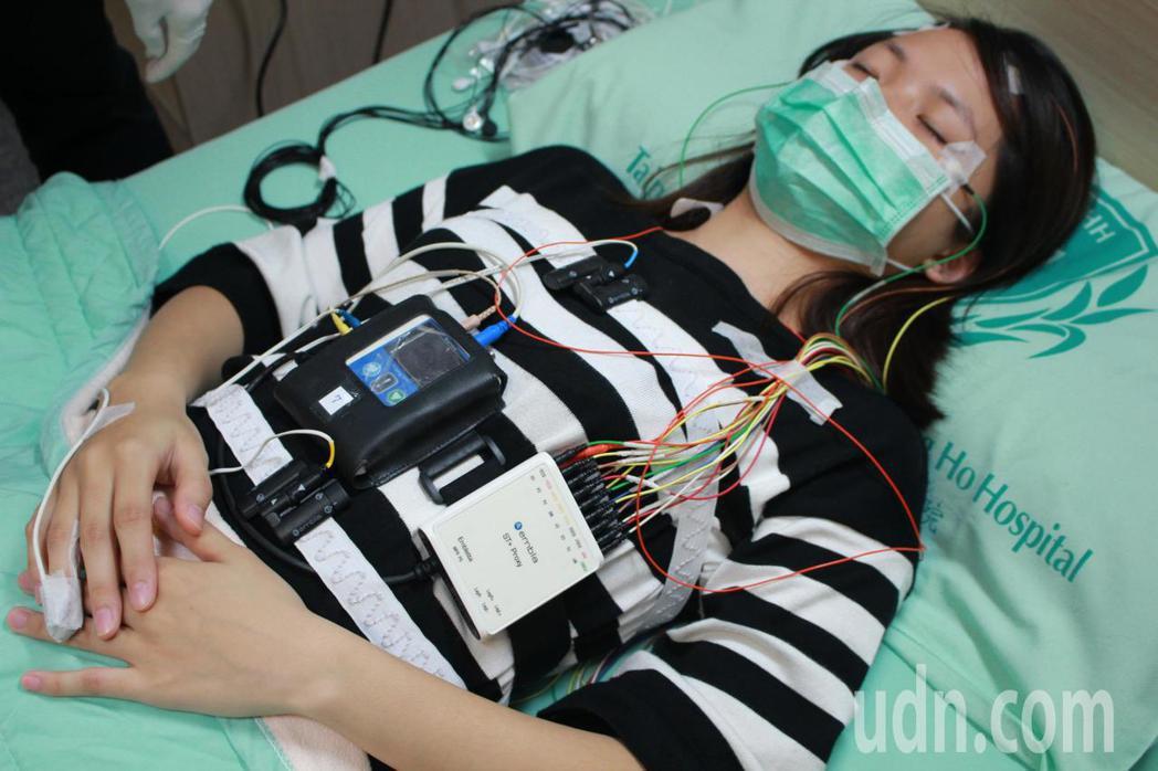 雙和醫院睡眠中心,提供完善的睡眠檢測儀器,並由個管師協助。記者林麒瑋/攝影