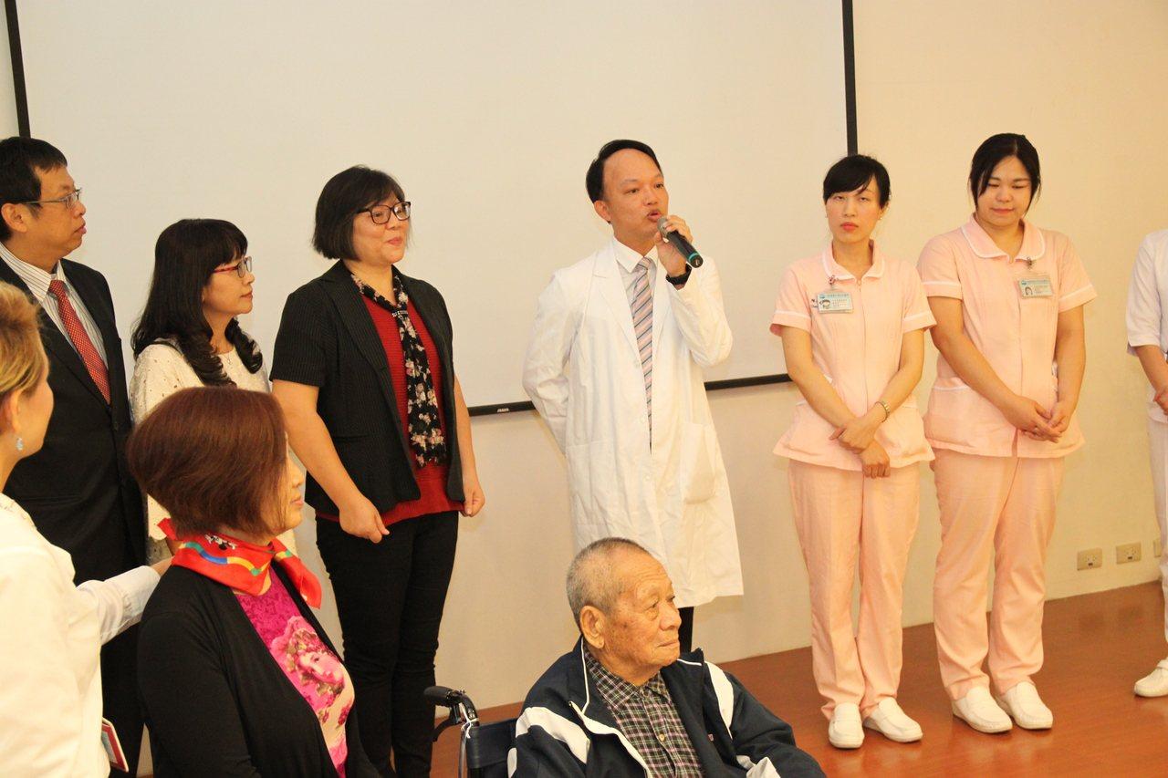 大台中醫師公會秘書長陳俊宏(中立)和醫護團隊說明配合「陪同出院長照服務」計畫的相...