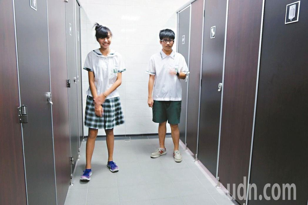 台北市教育局去年在民生國中設置全台國中首座性別友善廁所。圖/報系資料照
