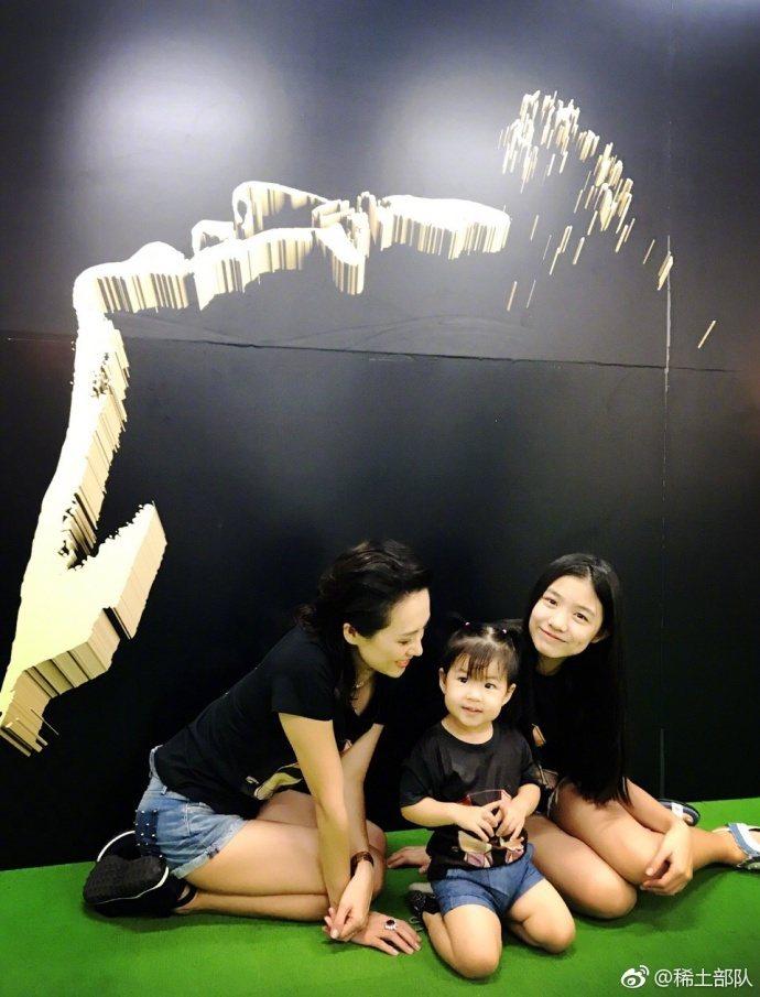章子怡帶著兩個女兒為汪峰探班。圖/摘自微博