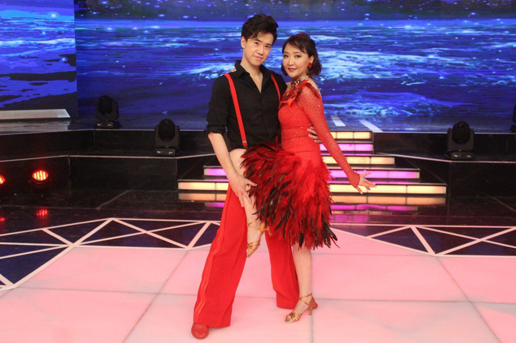 陽帆老婆Juile(右)不會跳舞,卻加入國標舞比賽。圖/民視提供