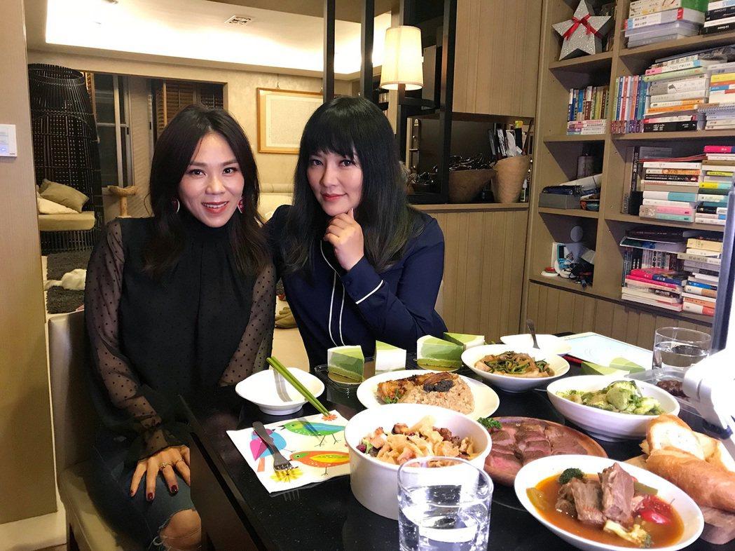 蔡健雅(左)去上了唐綺陽(右)的直播餐桌。圖/大地風提供