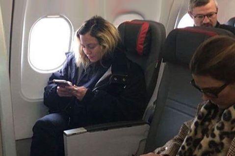揮金如土、生活豪奢是一般民眾對演藝圈巨星的刻板印象。然而有些人雖然家財萬貫,仍會偶爾回歸平民般的儉省生活,不見得都一定要砸大錢。最近在一班從英國首都倫敦飛往葡萄牙首都里斯本的班機上,有眼尖乘客意外發...