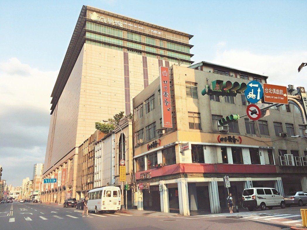 依據監察院審核意見,京華城、西北角私地主(圖右側),可分別自行開發,容積率皆為5...