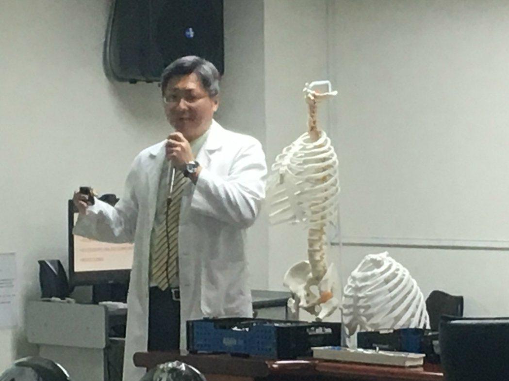 南投醫院胸腔外科主任謝志明說明肋骨也可藉由廓胸治療,減少疼痛並提前痊癒。圖/南投...