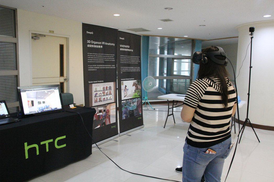 VR生理解剖虛擬教學體驗。 中臺科大/提供。