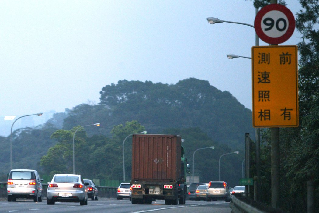 國道有37支固定式測速照相機,今年前10月已拍到近11萬件超速。 報系資料照
