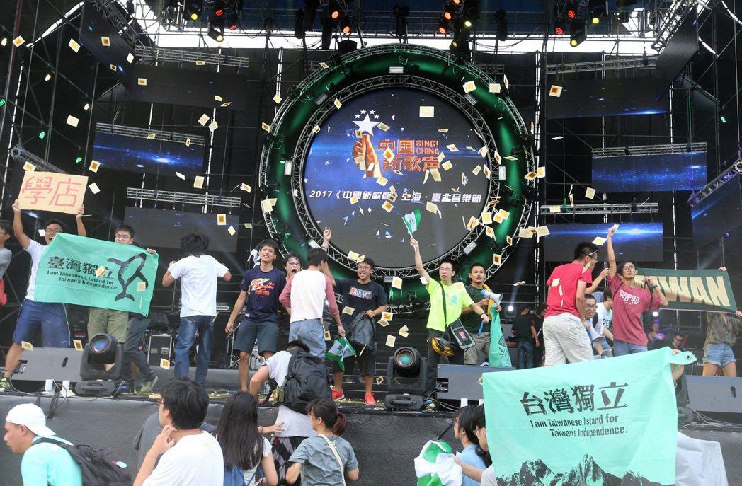 今年九月,台大發生「中國新歌聲」流血衝突事件。 圖/聯合報系資料照