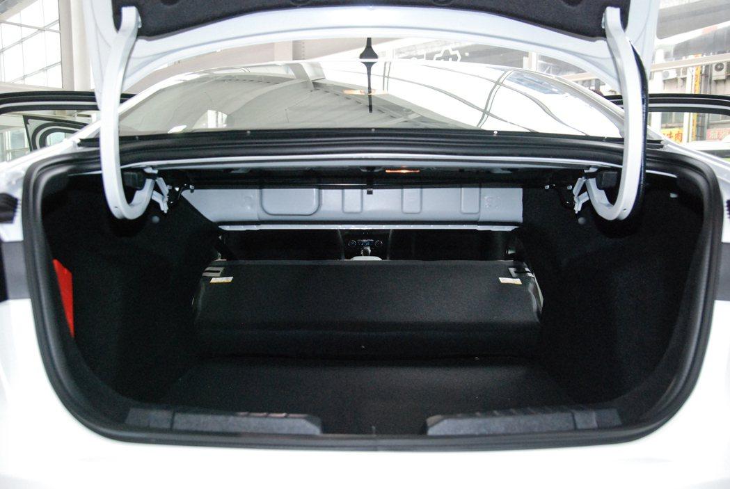1.5升汽油時尚型配備可傾倒座椅與後座中央扶手(附置杯架) 記者林鼎智/攝影