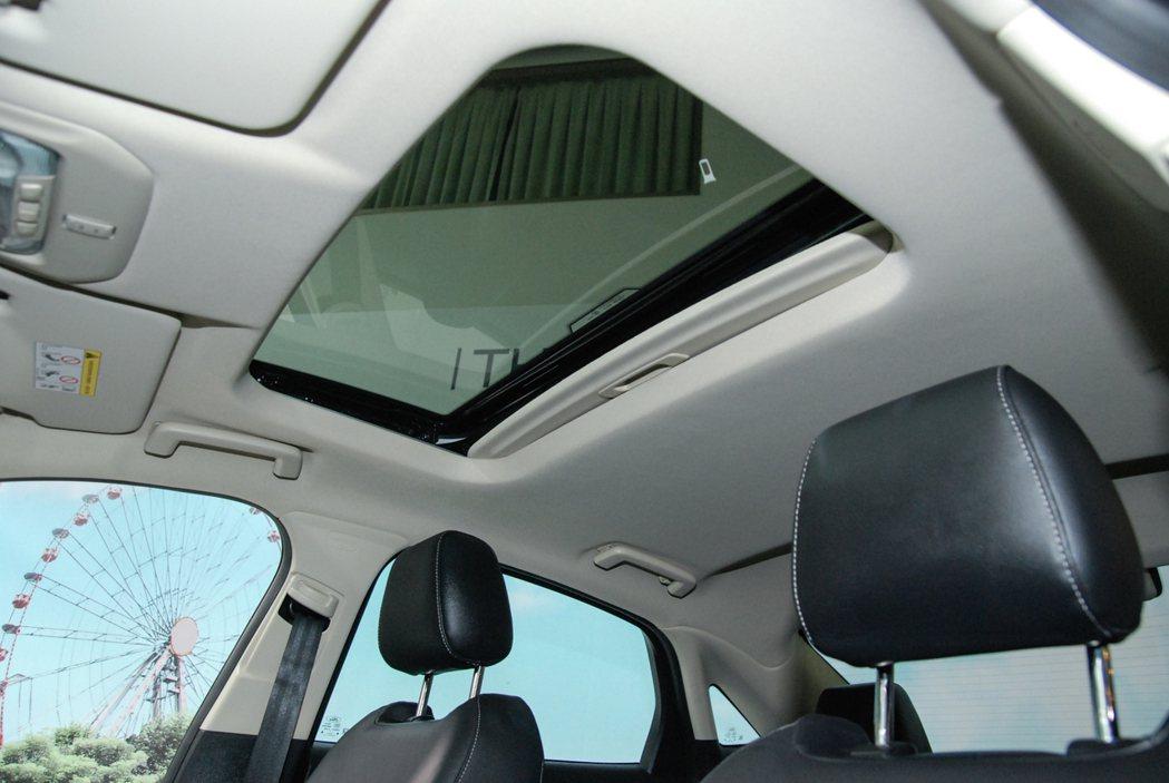 1.5 升汽油時尚型配備雙模式啟閉天窗。 記者林鼎智/攝影