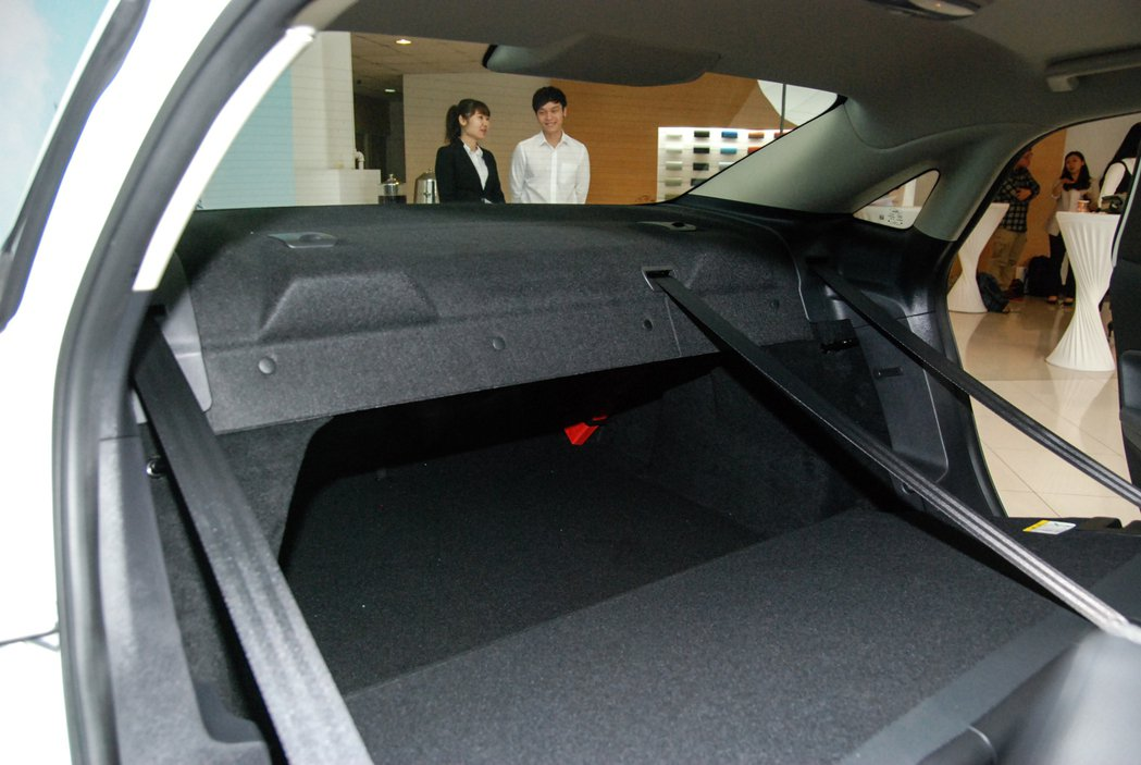 1.5升汽油時尚型配備的可傾倒座椅為一片式設計,非一般常見的6/4分離傾倒。 記...