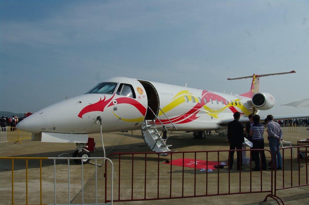 成龍的私人座機,是巴西製的傳奇(Legacy)650型,漆有「龍」字樣與圖案。 ...