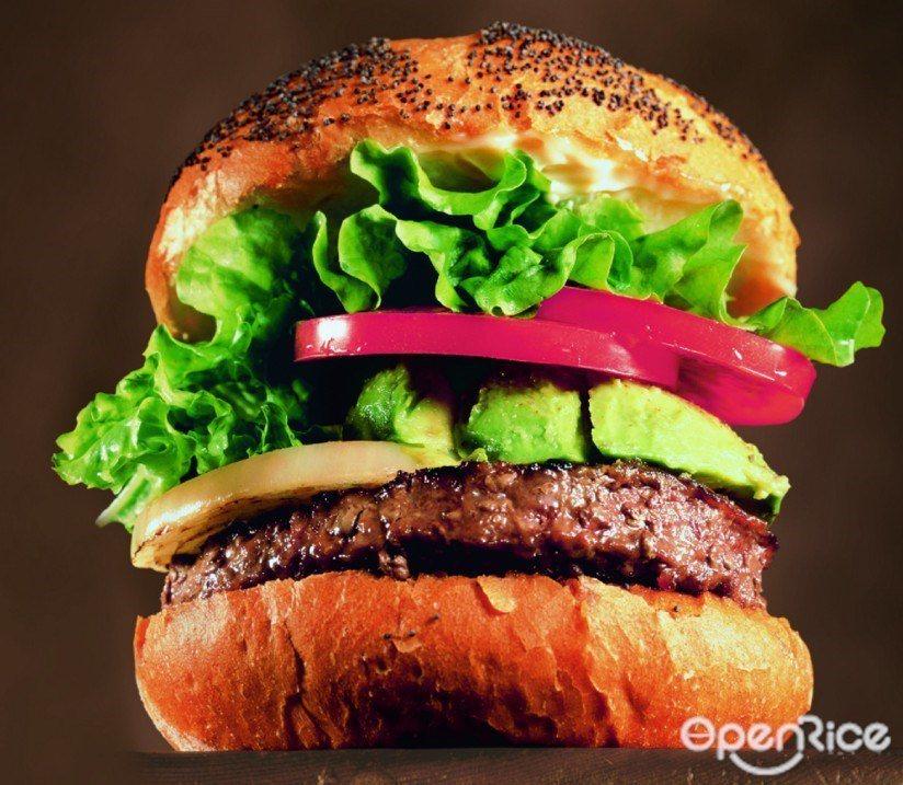▲在「KUA 'AINA BURGERS」裡,每個漢堡都是現點現做,漢堡裡放了大...