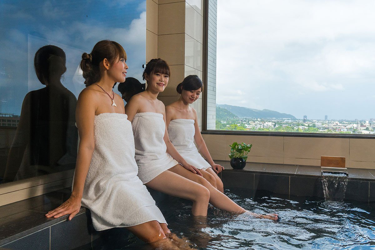 歐式套房的湯池超大,讓好姊妹們一起泡湯順便看窗外蘭陽平原美景。